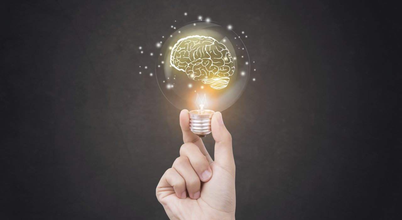 ampoule brainstorming idée créative idée abstraite sur la main de l'entreprise.